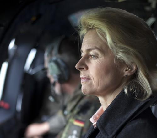 Bundesverteidigungsministerin Ursula von der Leyen, CDU besucht das KFOR Kontingent im Kosovo, 15.05.2014. In einem Hubschrauber, Superpuma, auf dem Flug nach Novo Selo.