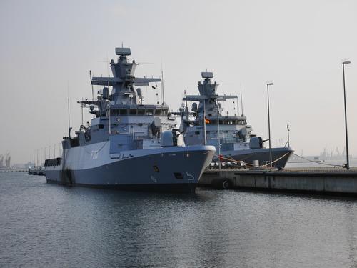 ROSTOCK 10apr2015 - Korvetten 'Ludwigshafen am Rhein' (F264) und 'Magdeburg' (F261) der Deutschen Marine im MarinestŸtzpunkt Hohe DŸne in Rostock-WarnemŸnde