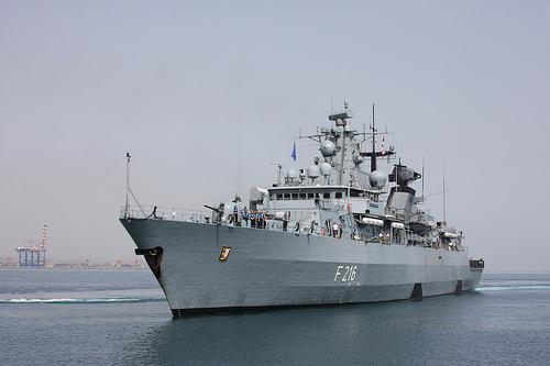 Die Fregatte F216 SCHLESWIG-HOLSTEIN läuft in den Hafen von Djibouti ein. ©Bundeswehr/Piz EinFüKdo