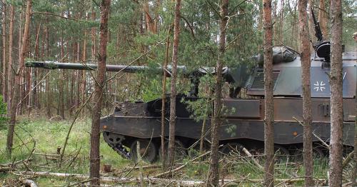 BERGEN 03jun2015 - †bung FALCON VIKING auf dem TruppenŸbungsplatz Bergen/Niedersachsen fŸr die Interim Very High Readiness Joint Task Force (VJTF) im Rahmen der NATO Response Force. Der deutsche Gefechtsverband NRF, im Kern PzGrenBtl 371. - Panzerhaubitze 2000 in einem WaldstŸck