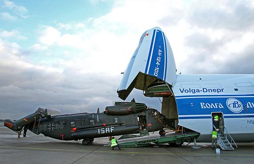 Auf dem militärischen Teil des Flughafens Tegel wird ein für den Afghanistan-Einsatz bestimmter Transporthubschrauber CH 53 in ein russisches Frachtflugzeug Antonov AH-124-100 verladen.©Bundeswehr/S. Wilke Aufnahmedatum:19.01.2011