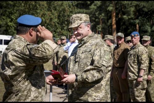 poroshenko_paratroopers_20150802