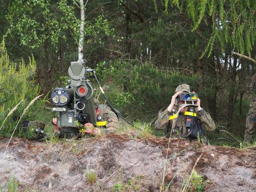 BERGEN 03jun2015 - †bung FALCON VIKING auf dem TruppenŸbungsplatz Bergen/Niedersachsen fŸr die Interim Very High Readiness Joint Task Force (VJTF) im Rahmen der NATO Response Force. Der deutsche Gefechtsverband NRF, im Kern PzGrenBtl 371.  - Trupp mit Panzerabwehrlenkrakete Milan (in der AusfŸhrung AusbildungsgerŠt Duellsimulator/AGDUS)