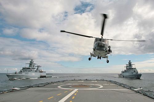 Ein SEA LYNX Bordhubschrauber startet von der Fregatte Rheinland-Pfalz, im Hintergrund die Korvetten BRAUNSCHWEIG und OLDENBURG. In Vorbereitung zur Übung NORTHERN COASTS hatte die Marine die Möglichkeit, sich von den Fähigkeiten und dem Einsatzspektrum ihrer Teilstreitkraft zu überzeugen. ©2011 Bundeswehr/Björn Wilke