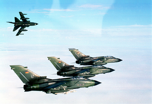 Mehrzweck-Kampfflugzeug Tornado im engen Formationsflug der äußere Tornado löst die Formation auf.