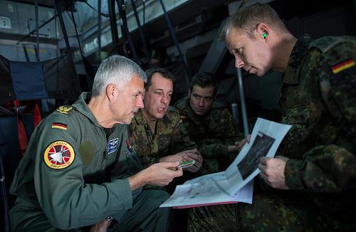 Brigadegeneral Andreas Franz Schick (li), der deutsche Kontingentführer im A400M auf dem Flug nach Inçirlik - Bundeswehr/Andrea Bienert