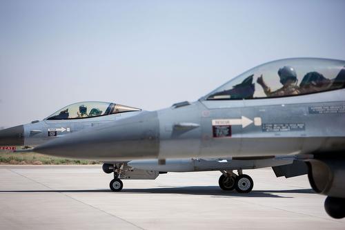 Afghanistan, Mazar E Sharif. 25 juni 2012. F16 voor het opstijgen. Foto: F16 opweg naar startbaan in Mazar E Sharif.