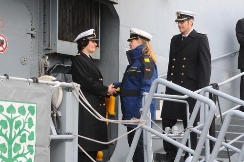 Frauenpower bei der Marine in Kiel. Erstmals übergibt eine Kommandantin an eine neue Kommandin ein Kriegschiff - FB