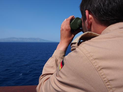 Ein Marinesoldat beobachtet an Bord der 'Bonn' die See zwischen dem türkischen Festland und der griechischen Insel Chios