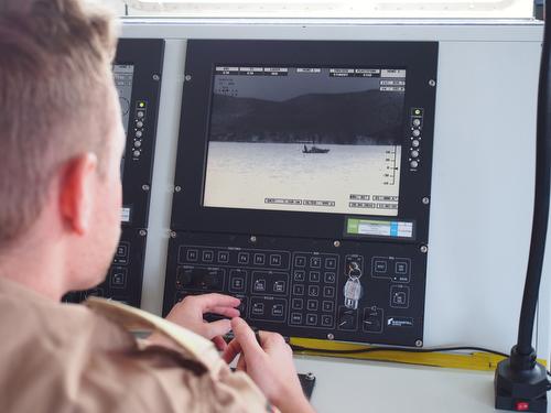 Ein Soldat beobachtet auf einem Wärmebildgerät auf der Brücke der 'Bonn' den Schiffsverkehr zwischen der Türkei und der griechischen Insel Chios