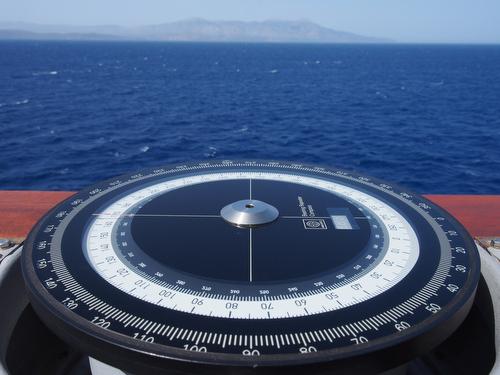 Kompass auf der Brückennock der 'Bonn', im Hintergrund die griechische Insel Chios