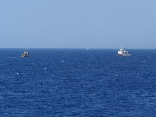 Das griechische Patrouillenboot 'Aititos' (P268, links) und ein Schiff der tŸrkischen KŸstenwache auf Patrouille in ihren jeweiligen Hoheitsgebieten zwischen dem türkischen Festland und der griechischen Insel Chios