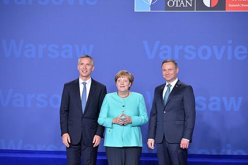 20160708_NATO_Merkel_Stoltenberg_Dudszas
