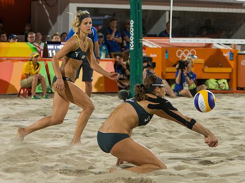 Die Beachvolleyballerinnen Kira-Katharina Walkenhorst (re) und Laura Ludwig spielen im Finale gegen Brasilien in der Beach Volleyball Arena auf der Copacabana