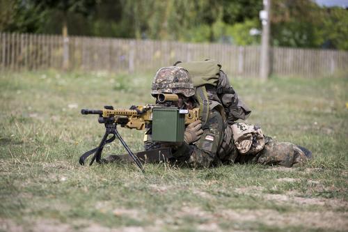 Soldat mit MG 3 BW 018